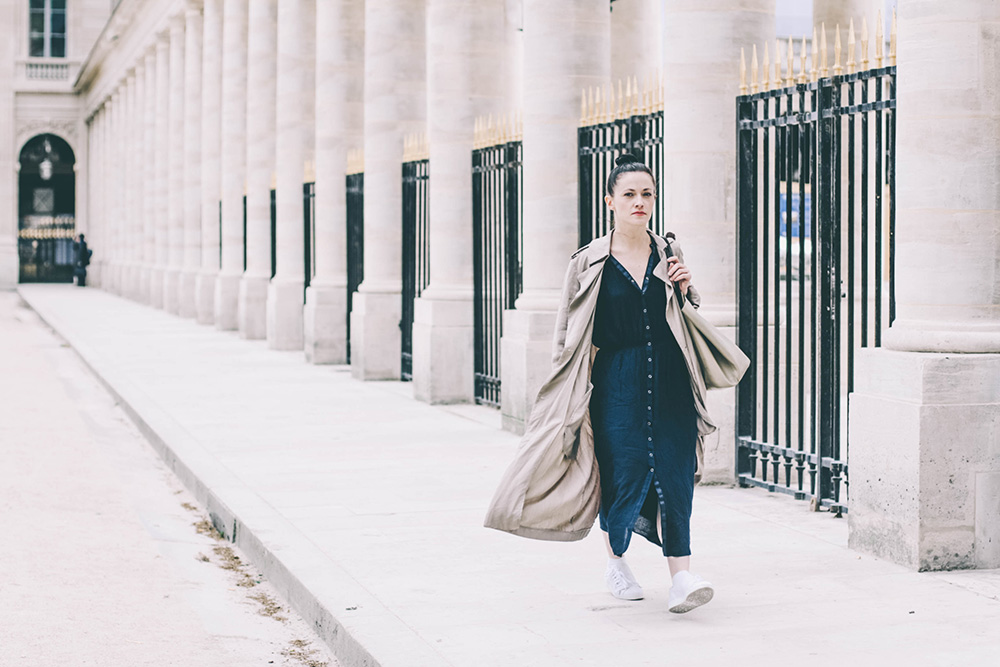 robe bleue white sneakers